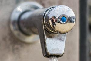 Wasserhahn outdoor aufgedreht