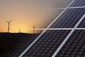Windkraftanlagen und Solaranlagen mit verlaufendem Übergang